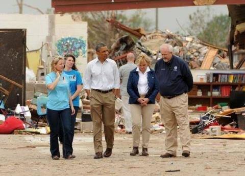 President Barack Obama, center, tours Plaza Towers Elementary School with Principal Amy Simpson, left,, FEMA Administrator Craig Fugate, right, Governor Mary Fallin, second from right, and Briarwood Principal Shelley Jaques McMillian, second from left.