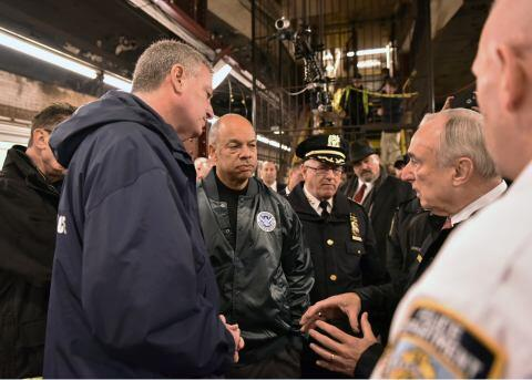 NYC Police Commissioner Bratton briefs Secretary Johnson during active shooter exercise